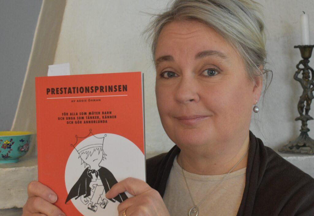 Aggie Öhman med boken Prestationsprinsen om barn och unga som tänker känner och gör annorlunda