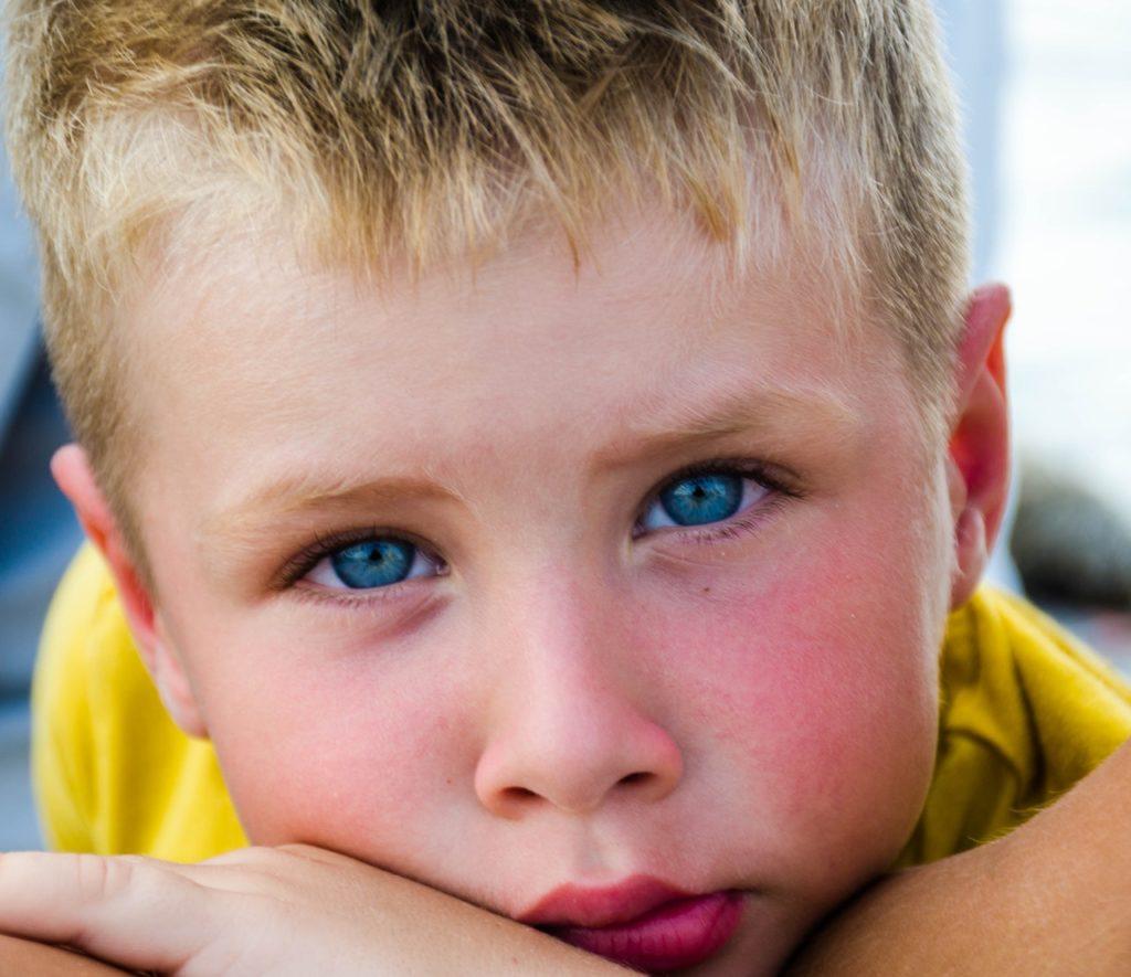Pojke som tittar i kameran - vill förstås gå i skolan-school-attendance-problems-in-sweden- absenteeism